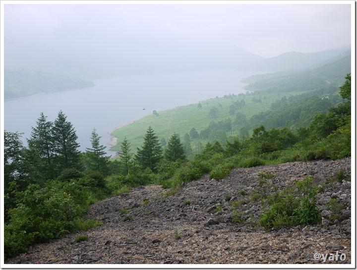 野反湖東岸の道