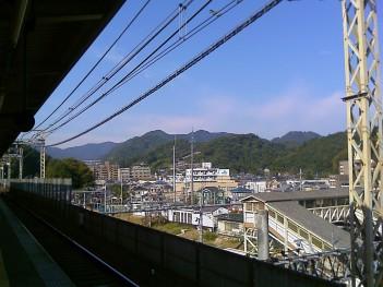 高尾駅ホームより紅葉具合