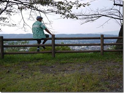 羊山公園 柵に腰掛ける。