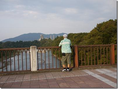 秩父橋セメント工場を望む